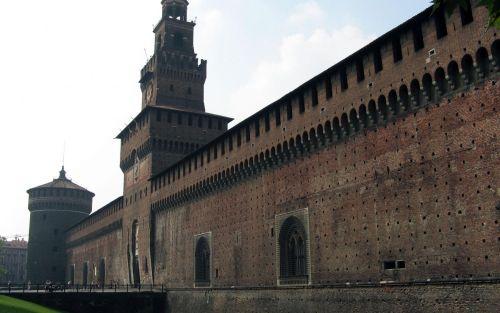 Замок Кастелло расположен между одноимённой площадью и городским парком, сегодня в Кастелло расположен художественный музей