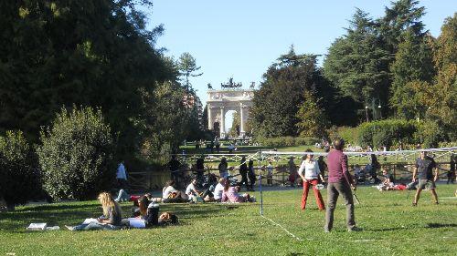 Сентябрьская погода предоставляет возможность активно проводить время на свежем воздухе, на фото - городской парк ''Sempione''