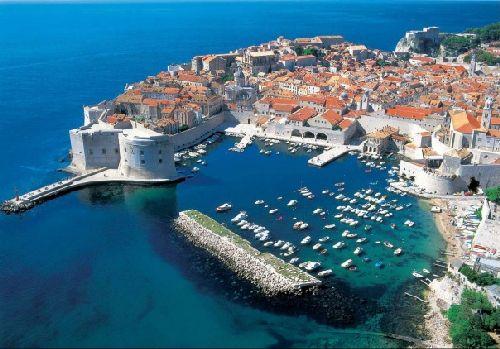 Бари - это вкуснейшая кухня Средиземноморья, средневековая цитадель, а также место паломничества к святым мощам Николая Чудотворца