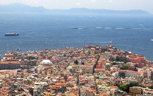 Неаполь — это чудесный залив, Везувий в голубой дымке и около пятисот исторических достопримечательностей старого южного города
