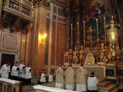 В День Всех Святых католические соборы проводят праздничные службы