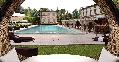 Во внутреннем дворике есть бассейн с великолепной лаунж-зоной