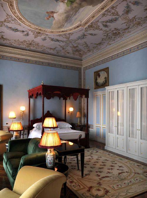 Росписные потолки с фресками, дорогой ковёр, кровать с балдахином - воплощение настоящего дворцового стиля