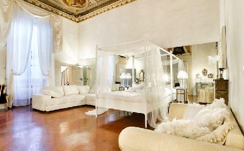 Своим убранством номера в ''Palazzo Tolomei'' напоминают царские хоромы