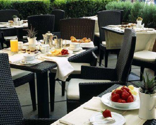 Завтрак на свежем воздухе в окружении ухоженного сада - прекрасное начало дня!