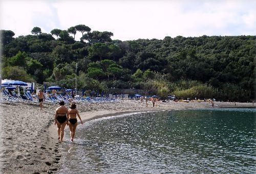 В октябре на пляжах практически нет людей