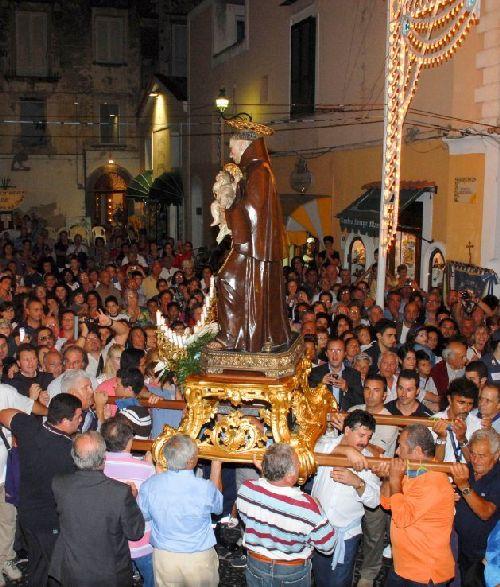 Одна из основных частей этого празднества - церемония проношения статуи святого с участием тысяч островитян