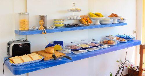 На фото - продукты, из которых обычно складывается завтрак  в данном отеле