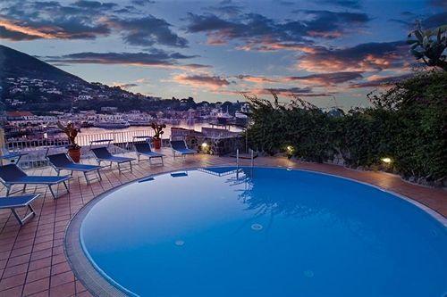 В погожие дни гости отеля могут плавать в бассейне
