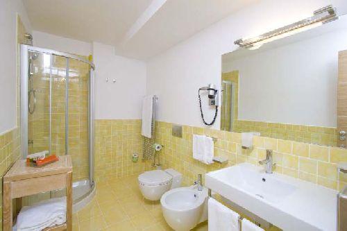 Ванная комната с душевой кабиной и биде