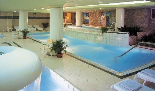 Спа-центр с бассейнами и шезлонгами