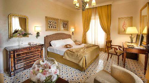 Просторный светлый номер с кроватью и меблированной зоной отдыха