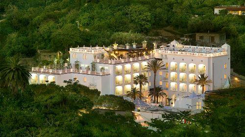 ''Terme Manzi Hotel & Spa'' похож на шикарный дворец, укромно спрятавшийся от посторонних глаз посреди пышной средиземноморской растительности