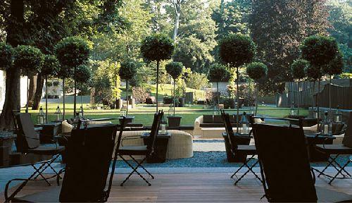 Отличное место для отдыха на свежем воздухе в окружении пышного парка