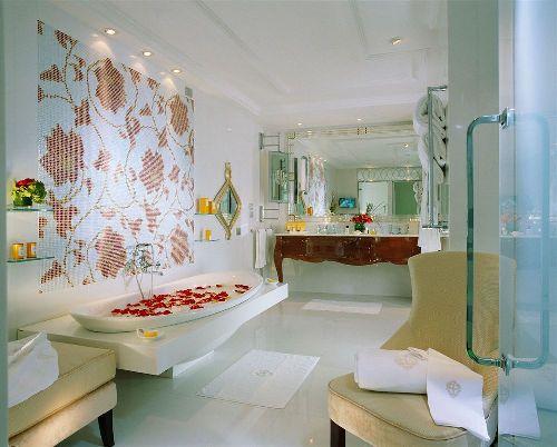 Роскошь в отеле везде, в том числе и в ванной комнате