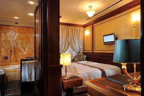 Номера отеля славятся стильным и роскошным интерьером