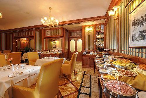 Завтрак в отеле подают по системе ''шведский стол''