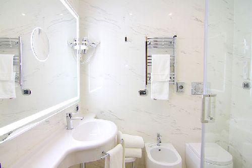 В ванне есть душевая кабинка, биде и полотенцесушитель