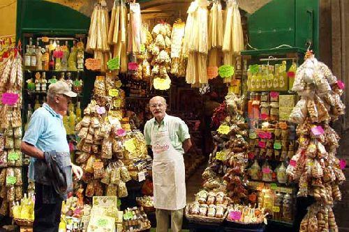 На огромной выставочной площади представлены сотни сортов главного продукта итальянской кухни - пасты
