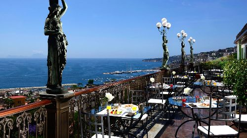 Терраса отеля выходит на солнечную сторону, в тёплое время года это идеально место для наслаждения утренним кофе и вечерних посиделок