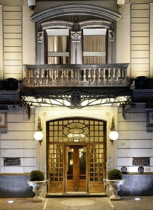 Парадный вход в ''Grand Hotel Parker's''