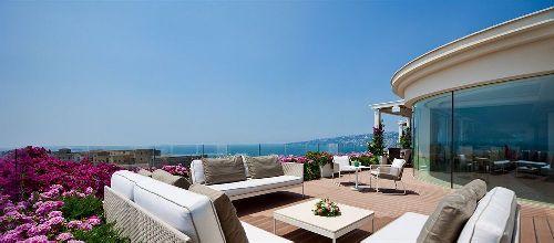 Летом терраса отеля буквально утопает в цветах. Где, как не здесь можно провести незабываемый романтический ужин?