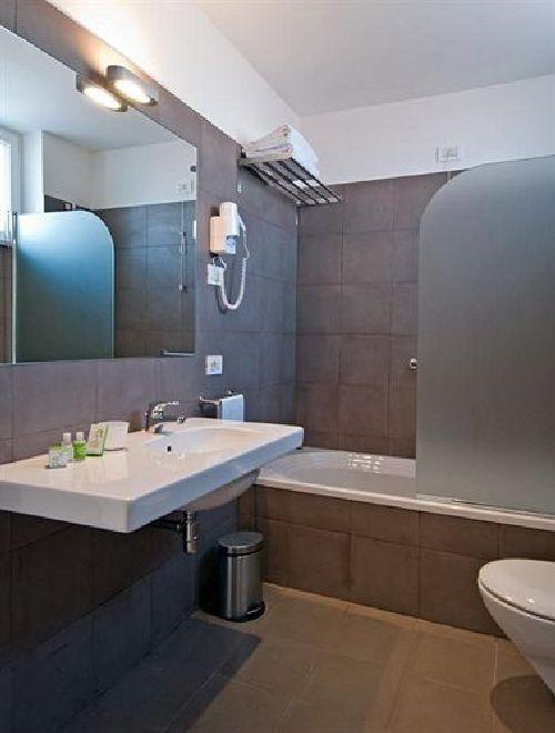 Ванная комната оснащена современной сантехникой