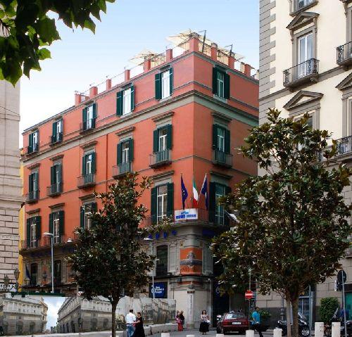 Отель ''La Ciliegina Lifestyle Hotel'' выделяется среди многих других ещё снаружи - он привлекает внимание своим ярким цветом фасада