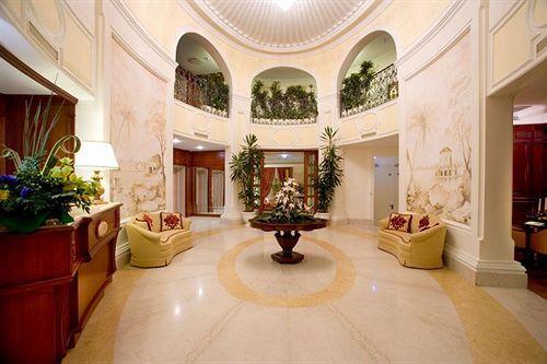 Уже с холла отель ''Palazzo Alabardieri'' производит великолепное впечатление