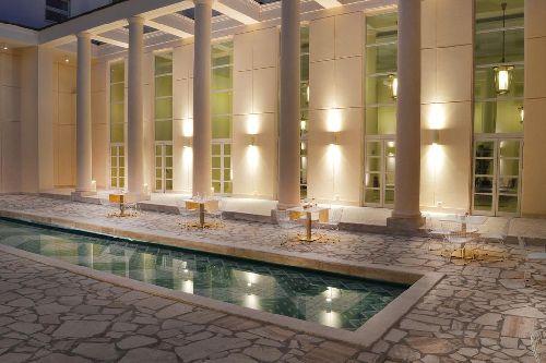 Несомненным украшением отеля является декоративный пруд