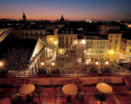 На террасе можно пить вино, любуясь на купола римских соборов (на фото слева - Пантеон)