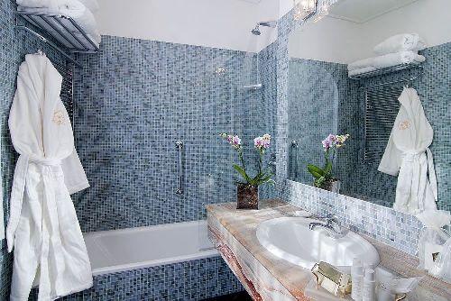 Ванна комната с банным набором и гигиеническими принадлежностями
