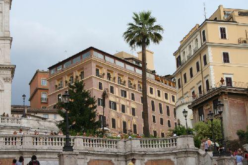 Найти ''Hassler Roma'' не составит никакого труда - он возвышается рядом с Испанской лестницей