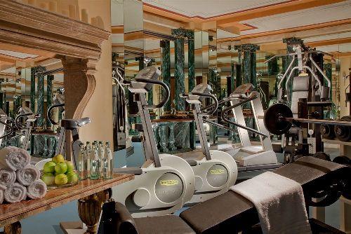 В тренажёрном зале представлено самое современное оборудование для занятия спортом