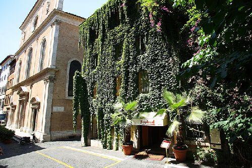 Снаружи ''Hotel Raphael – Relais & Châteaux'' выглядит довольно экзотично