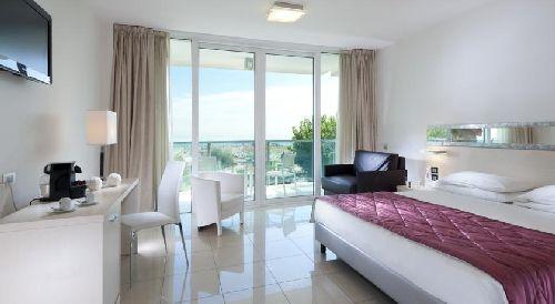 Номер с двухспальной кроватью и панорамными окнами