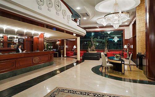 Встреча гостей проходит в эффектном лобби отеля