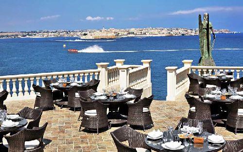 Трапеза на этой чудной террасе дополняется созерцанием живописных морских пейзажей