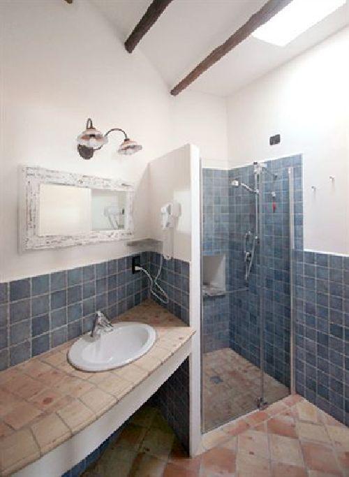 Каждый номер оснащён собственной ванной комнатой