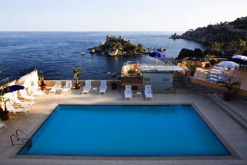 Великолепный бассейн с видом на море