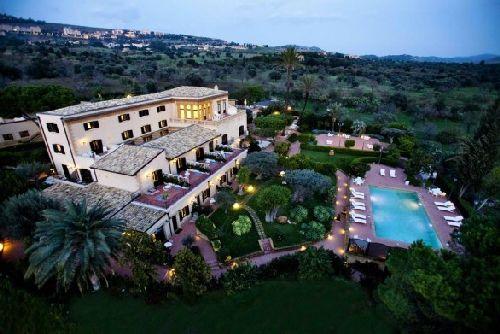 Панорамный вид на территорию отеля ''Villa Athena''