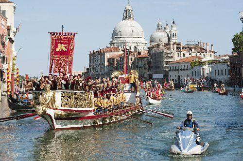 Историческая регата ''Regata Storica'' - это не просто соревнование, а целое представление, разыгрывающееся на воде