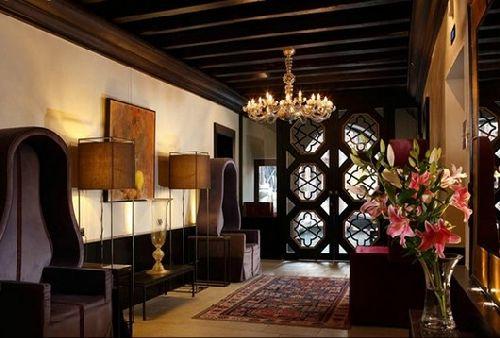 Холл гостиницы обставлен антикварной мебелью