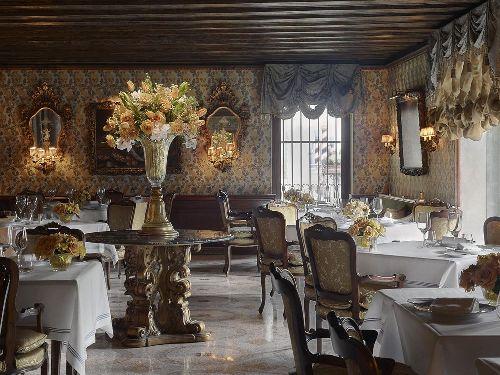 В ресторане отеля воссоздана атмосфера былых времён