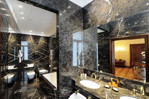 Ванная комната представляет собой просторное помещение, отделанное мраморной плиткой