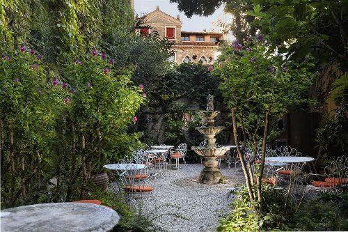 Внутренний дворик отеля ''Flora'' радует взор обилием зелени