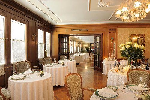 Завтраки, обеды и ужины в отеле проходят в изысканной обстановке