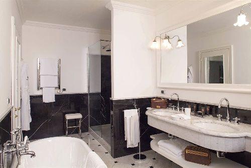Ванная комната отделана дорогими материалами и оснащена высококачественной сантехникой