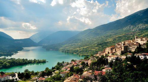 Около 30% территории области Абруццо приходится на заповедники и национальные парки, где можно увидеть необыкновенную красоту и надышаться чистейшим горным воздухом