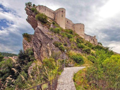 Абруццо знаменито не только национальными парками, но и архитектурными сооружениями, такими как замок Роккаскаленья